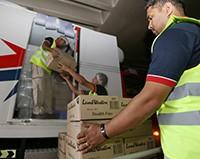 فريق التوصيل لدى محبي لوجستكس يعمل على تفريغ أول شحنة مجمدات في فندق لا رويال ميريديان